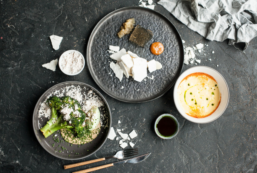 «Фаренгейт», сет №2: тартар из томатов с муссом из моцареллы; брокколи с кремом из арахиса; соленая карамель с грушей