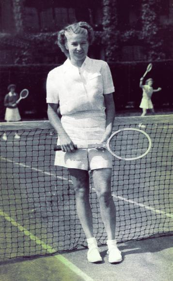 Полин Бетц, выигравшая турнир в 1946 году, стала одной из самых заметных звезд тенниса послевоенного времени. Ее выбор всегда был предельно практичен: мальчишеская кепка,футболка с коротким рукавом или поло,короткая юбка, но чаще —шорты.