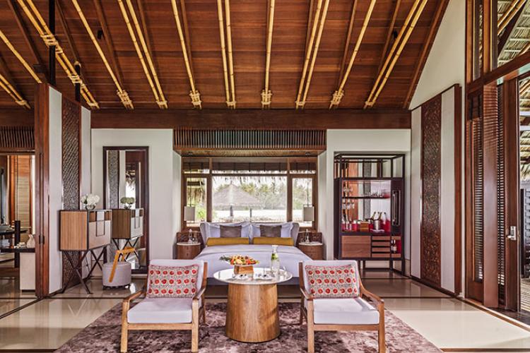 Спальная на вилле на воде с бассейном Water Villa with pool на курорте One&Only Reethi Rah (Мальдивы)