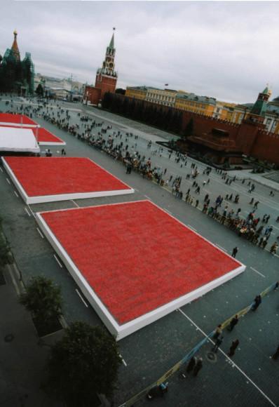 Красная площадь, украшенная маками, в честь запуска аромата Flower by Kenzo