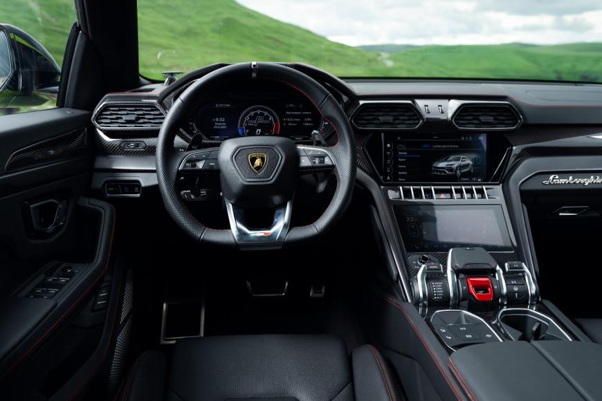 Водительское место и руль в кроссовере Urus, Lamborghini