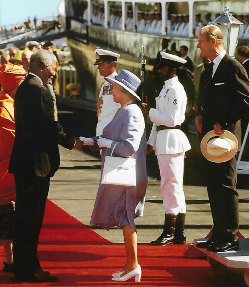 Елизавета II с сумкой Launer на встрече с Нельсоном Манделой, 1995 год