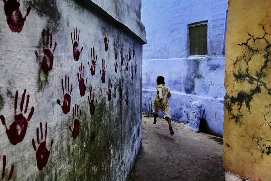Стив МакКарри. Мальчик в прыжке. Джодхпур, Раджастан, Индия, 2007