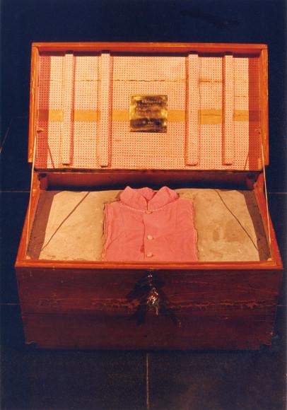 Инь Сючжэнь. «Ящик с одеждой», 1995