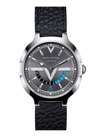 Хронограф Voyager GMT, Louis Vuitton. Новые часы знаменитого парижского дома предназначены для путешественников. Буква «V» на антрацитовом циферблате указывает час и время суток во втором часовом поясе.