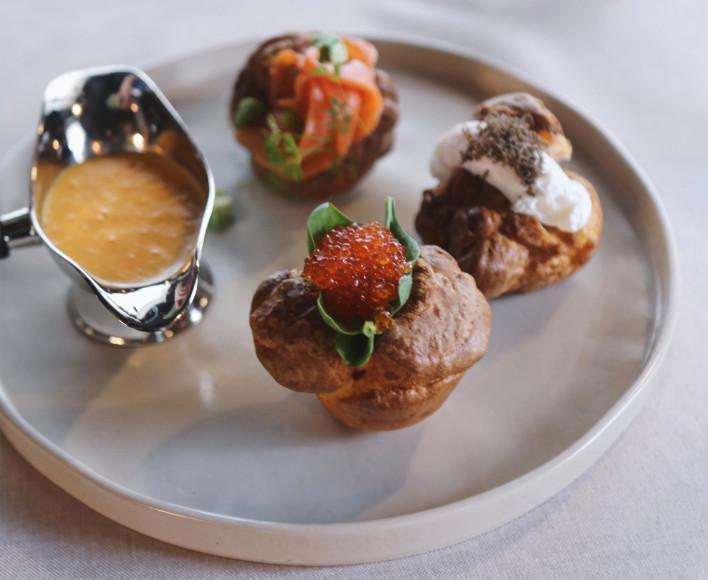 Купеческий завтрак: йоркширский пудинг с лососем и толченым авокадо, красная икра, яйцо «пашот» и трюфель