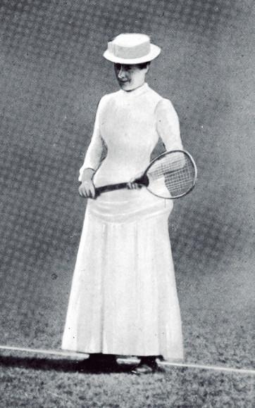 С трудом верится, но Мод Уотсон —победительница двух Уимблдонских турниров 1884 и 1885 годов на первых соревнованиях в женском одиночном разряде — играла,как положено, в корсете, наглухо застегнутом лифе, длинной юбке и в шляпе. Содной вещью, впрочем, тогда уже определились —белым цветом, скрывающим пятна от пота.