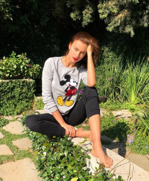 Ирина Шейк в лонгсливе с Микки Маусом