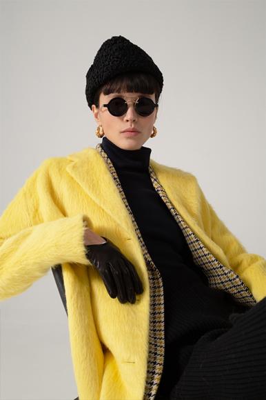 Шапка Furland, очки Miu Miu, серьги Rejina Pyo, пальто Ralph Lauren, жакет Victoria Beckham, водолазка Maison Margiela, перчатки Balenciaga