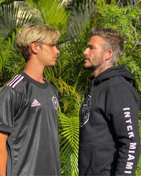 Ромео и Дэвид Бекхем в мерче «Интер Майами»