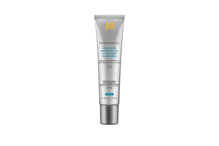 Легкий солнцезащитный крем для ровного тона кожи Advanced Brightening UV Defense SPF50, SkinCeuticals защищает от UVA- и UVB-лучей, предупреждает фотостарение кожи, уменьшает видимую пигментацию, выравнивает тон и усиливает сияние. Все благодаря формуле на основе транексамовой кислоты, ниацинамида и мики