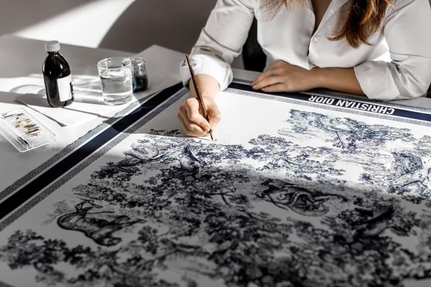 Процесс создания шелковых платков Dior
