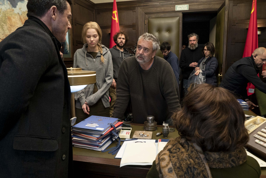 Люк Бессон (в центре) на съемочной площадке фильма «Анна»