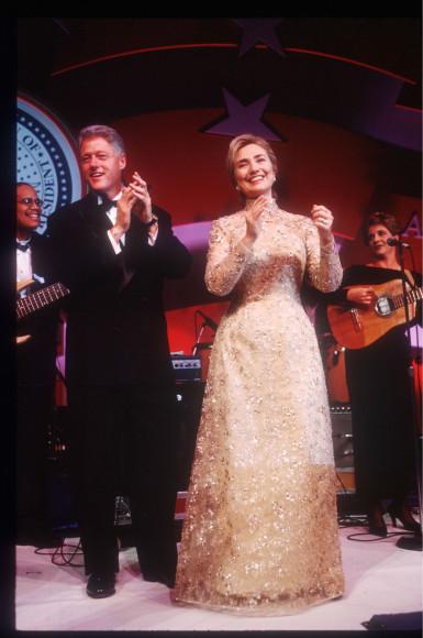 Билл Клинтон и Хиллари Клинтон в платье Oscar de la Renta, инаугурационный бал, 1997 год