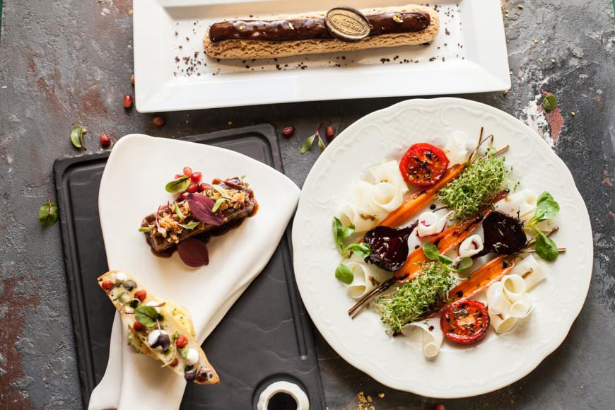 «Кафе Пушкинъ», сет №1: салат из овощей, запеченных с медом и тимьяном, с козьим сыром; баранья лопатка, томленая в сливовом соусе, с картофельным ризотто; гранд-эклер с ванильным и шоколадным кремом