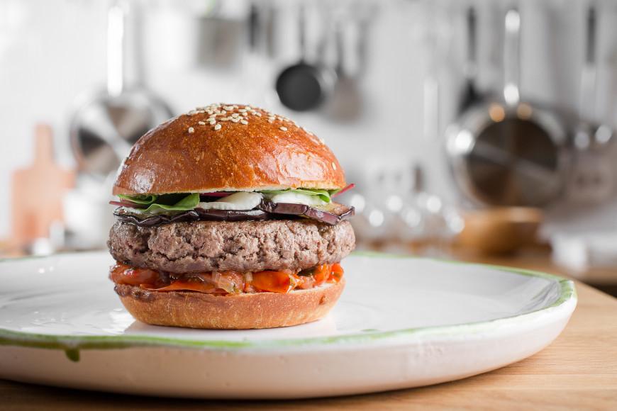 Бургер с говядиной, баклажаном и козьим сыром
