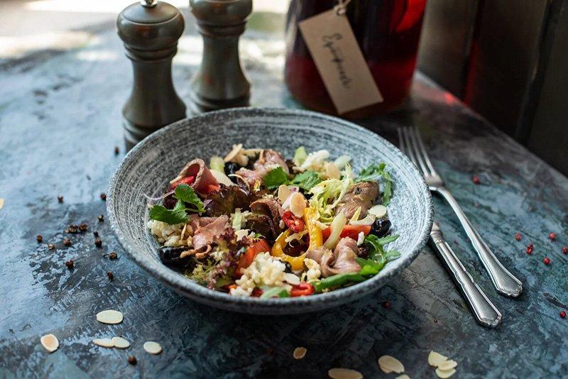 Салат с телятиной, овощами и черносливом, «Русский паб»