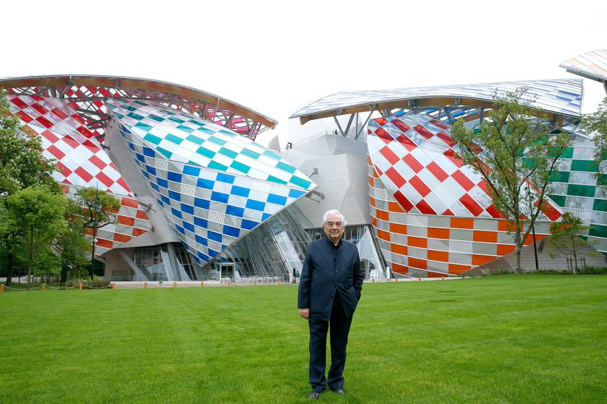 Французский художник-концептуалист Даниэль Бюрен у здания музея Louis Vuitton Fondation с арт-объектом «Обсерватория света»