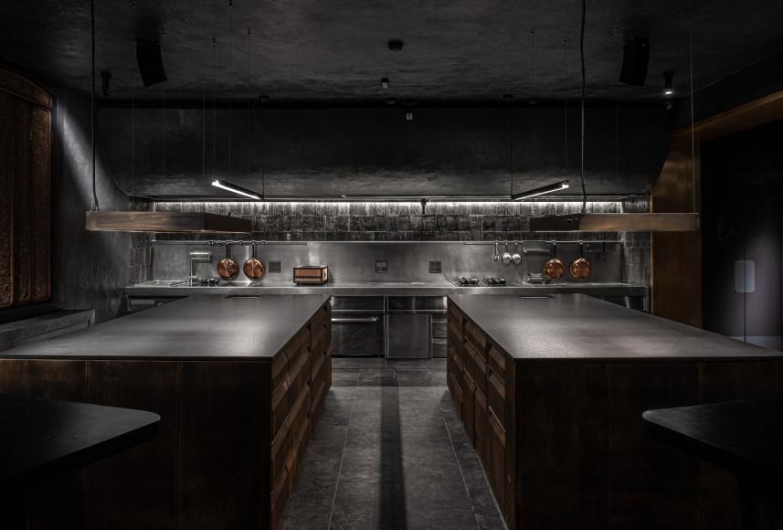 Открытая кухня с chef's table на первом этаже