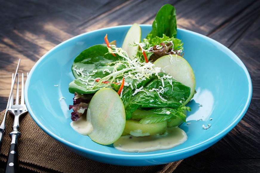 Весенний салат с яблочно-горчичной заправкой и сыром горгонзола