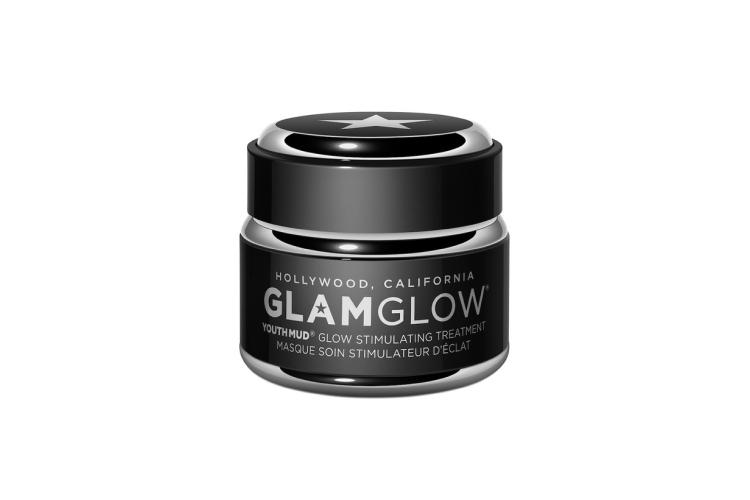 Отшелушивающая маска для лица Youthmud Glow Stimulating Treatment, Glamglow включает формулу, отмеченную 21 наградой и содержащую комплекс разных видов глины, вулканическую пемзу, листья зеленого чая, обработанные по запатентованной технологии Glamglow Teaoxi