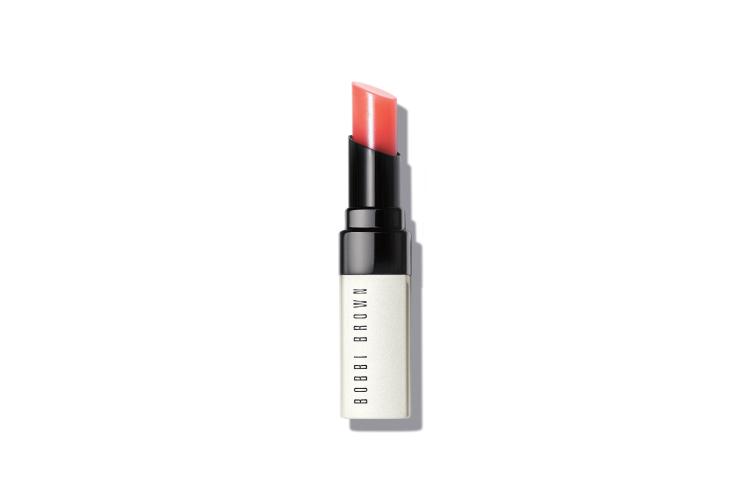 Полупрозрачный оттеночный бальзам для губ Extra Lip Tint, оттенок Bare Pink, Bobby Brown представляет собой многофункциональное средство с эффектом бальзама и тинта. Комплекс из шести натуральных масел ухаживает за губами, а пигменты подстраиваются под их естественный оттенок, усиливая цвет