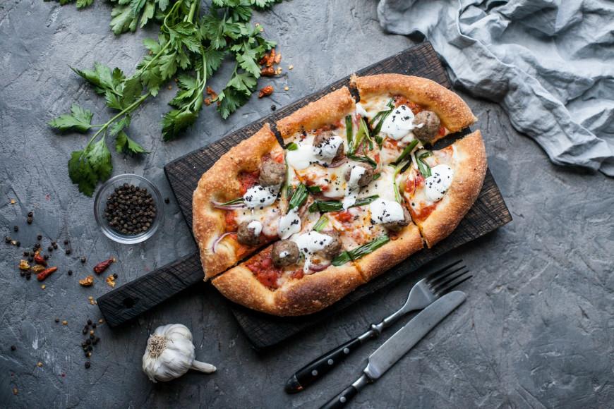 Пиццетта с фалафелем и тахини