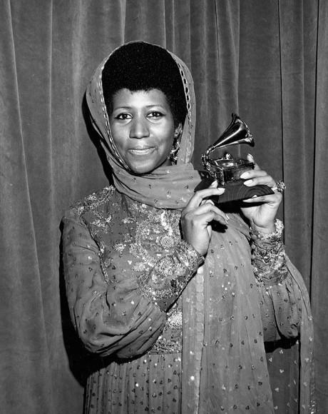 Арета Франклинпятый год подряд получает «Грэмми»за лучшее женское вокальное R&B-исполнение — на этот раз за песню «Bridge Over Troubled Water». 15 марта 1972, Нью-Йорк