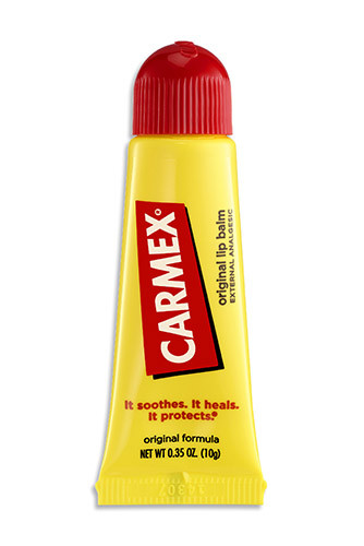 Тюбик бальзама для губ Carmex напоминает супер-клей, так его можно носить с собой не боясь сойти за метросексуала. В остальном средство эффективно восстанавливает даже самую сухую и обветренную кожу губ. К поцелуям с кинозвездами готов!