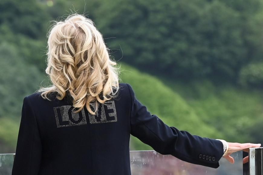 Джилл Байден в куртке Zadig & Voltaire и платье Brandon Maxwell за день до начала саммита G7, 10 июня