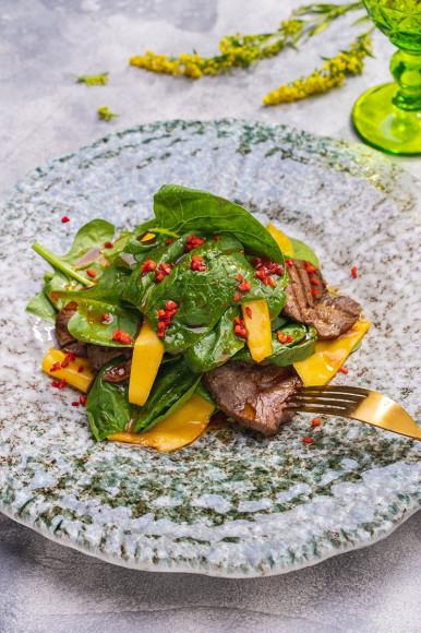 Салат из ростбифа, шпината и тайского манго, «Grand Урюк Березка»