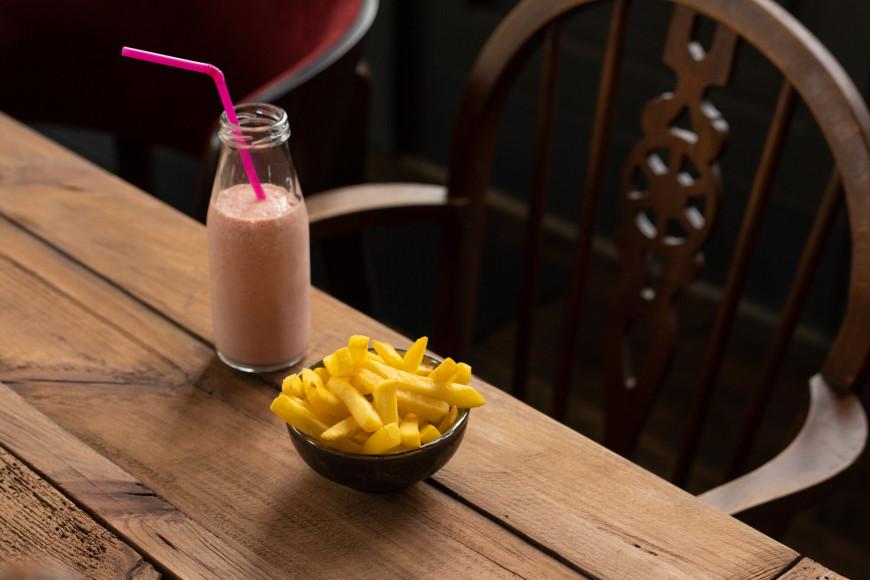 Молочный коктейль из томатов с картошкой фри