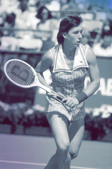 Семикратная чемпионка Уимблдона Мартина Навратилова, уроженка Чехословакии, начала карьеру в середине 1970-х. Несмотря на внешнюю серьезность, она одерживала победу за победой, облачаясьв легкомысленные цветные костюмы,как в модном журналесостоящие изплатьяс морским воротником, почти полностью обнажающего ноги,и столь же коротких шорт.