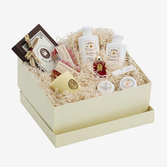 Подарочный набор Santa Maria Novella из крема для тела, геля, пены и масла для ванны, помады для увлажнения губ, миндальной пасты, крема для лица, свечи, фруктового мармелада и шоколадных конфет. Цена: 37 760 руб.
