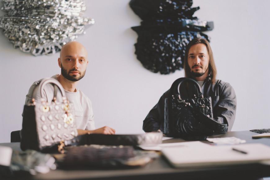 Егор Кузнецов и Андрей Блохин (Recycle) с сумками из серииLady Dior Art