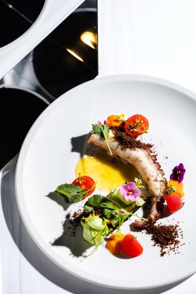 Теплыйсалат с осьминогом, пряными овощами и красным базиликом