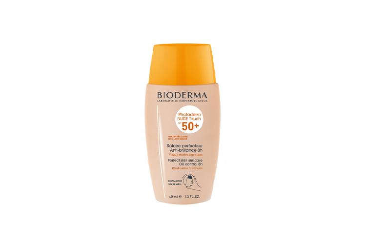 Солнцезащитный флюид Photoderm с тоном SPF 50+, Bioderma придаст комбинированной и жирной коже легкий естественный оттенок, а благодаря технологии «жидкой пудры» средство равномерно ляжет на кожу и превратится в пудру, создавая матовое покрытие на восемь часов. В составе — минеральные фильтры от UVA- и UVB-излучения, салициловая кислота, разглаживающая текстуру кожи, патент Cellular Bioprotection, защищающий клетки кожи от преждевременного старения, и формула Fluidactiv, которая в сочетании с каприлоил глицином регулирует выработку себума