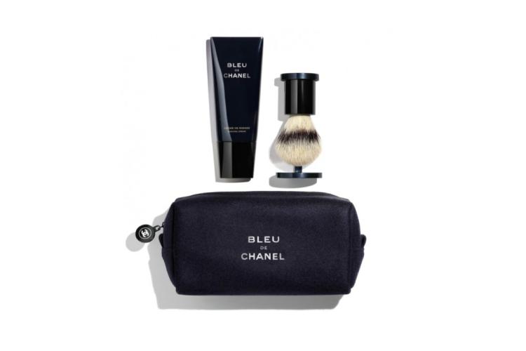 В лимитированный набор для бритья Bleu De Chanel, Chanel входит удобный помазок с искусственным ворсом, а также крем для бритья, который при нанесении превращается из геля в легкую пену, источающуюдревесные ноты легендарного аромата Bleu De Chanel. Гель для бритья смягчает щетину и предотвращает жжение
