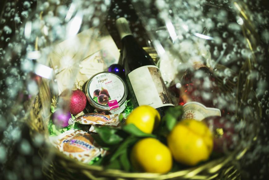 В подарочные наборы из ресторана «Ноев ковчег» входят армянские продукты: национальные чаи и вина, сыры и вяленое мясо, сухофрукты, а также мандарины и баклажанная икра. Стоимость наборов: 5100 руб. и 5900 руб.