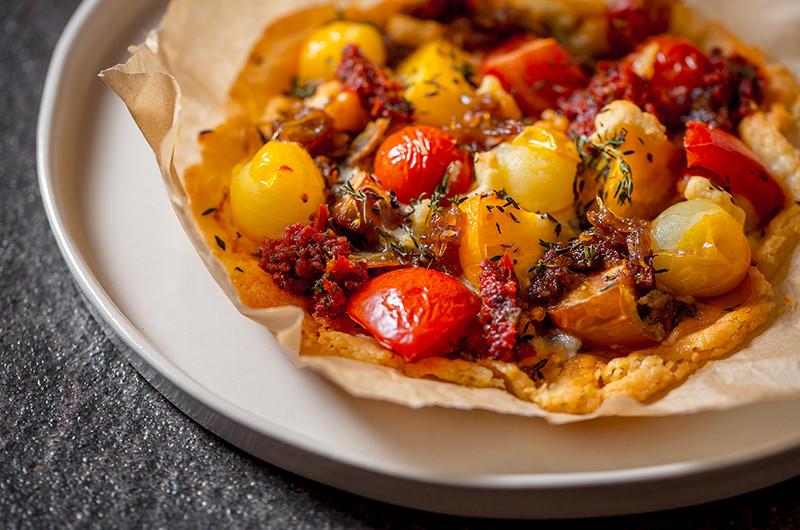 Провансальская пицца pissaladière с сушеными томатами