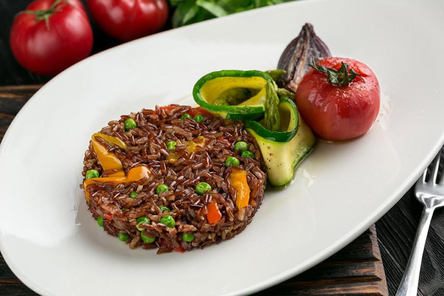 Жареный красный рис «Эрмес» с овощами