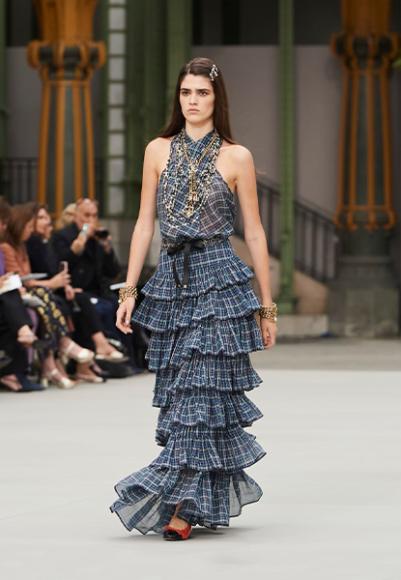 Комплект Chanel, топ 151 800 руб., ремень 75 900 руб., юбка 368 000 руб. (Chanel)
