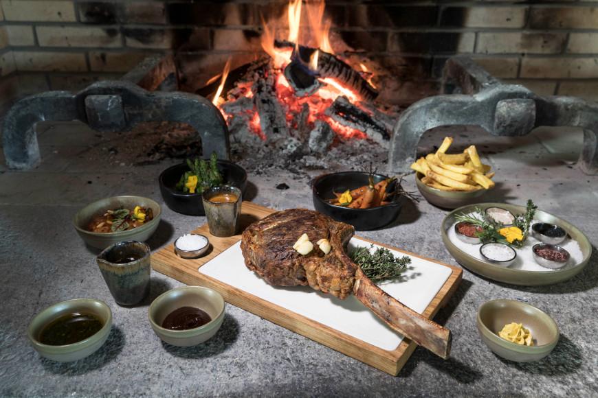 Подача стейка «томагавк» в Oak Grill & Pool Patio