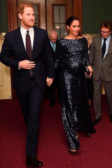 Меган Маркл в платье Roland Mouret, туфлях Stuart Weitzman и с клатчем Givenchy