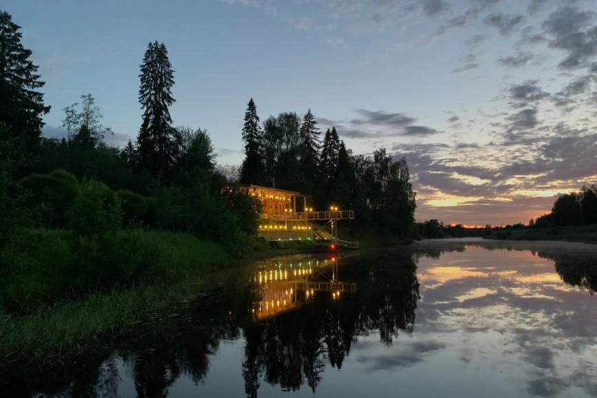 Большой дом на берегу реки