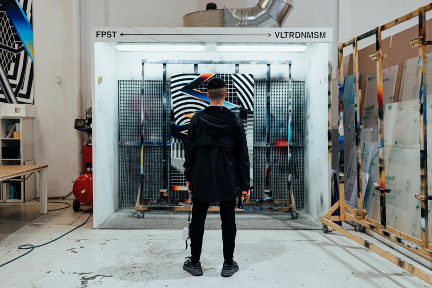 Фелипе Пантоне на фоне фрагмента своейработы