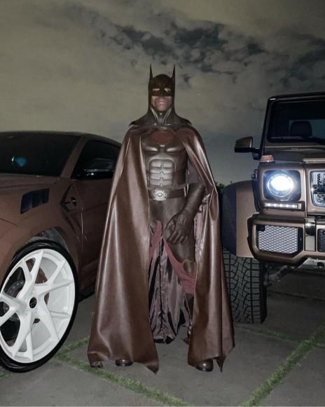 Трэвис Скотт в костюме Бэтмена
