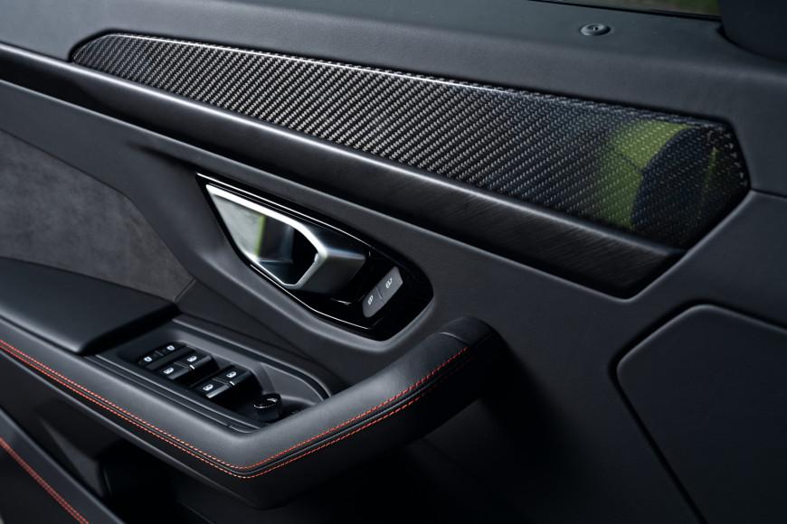 Боковая дверь кроссовера Urus, Lamborghini