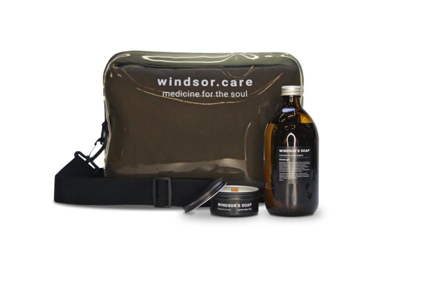 Набор extra в сумке (свеча Bergamot & moss; гель для душа Cypress & tonka beans; двусторонний плед-мантия с отстегивающимся капюшоном; дополнительная помпа для флакона геля), Jet Set, Windsor's Soap