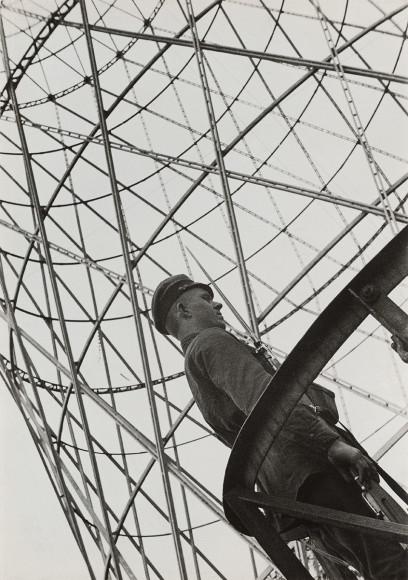 Александр Родченко. «Охранник рядом с Шуховской башней», 1929